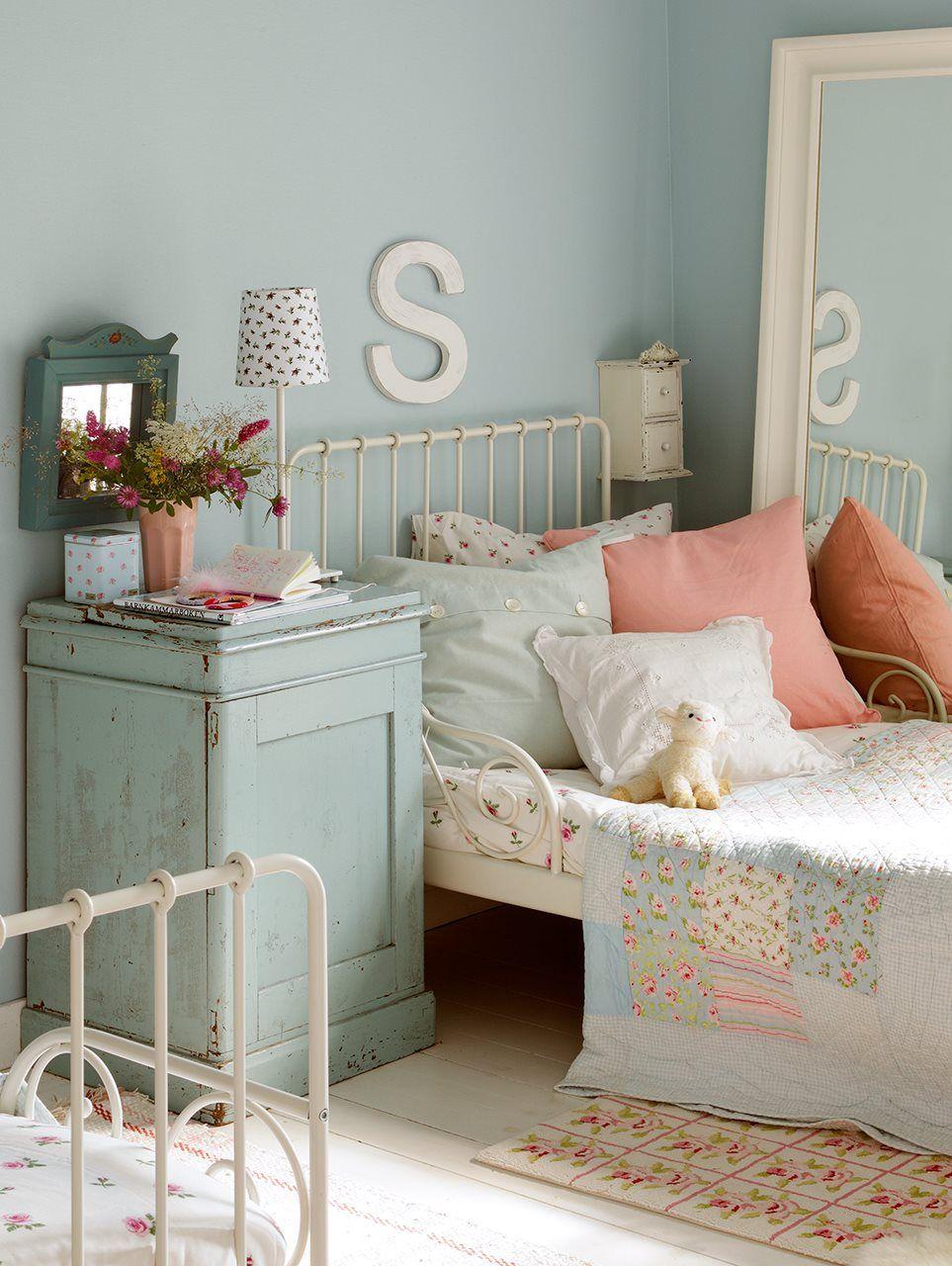 rincon_de_dormitorio_con_cama_de_hierro_lacado_en_blanco_y_pared_y_comoda_en_azul_pastel_963x1280