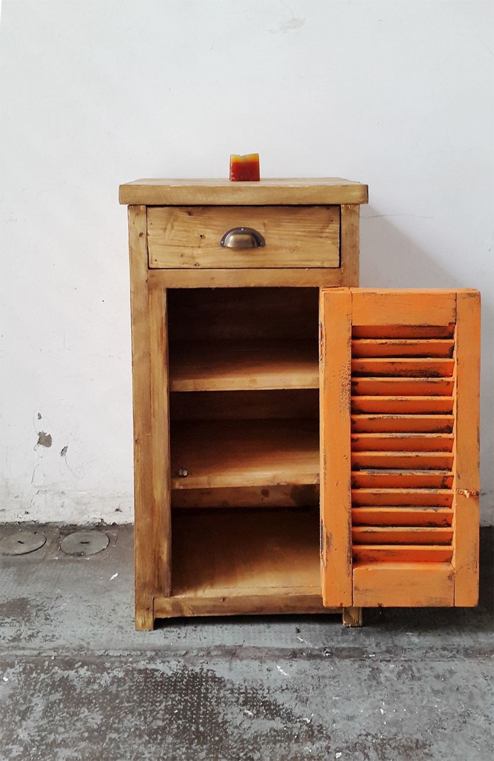 Mesas de luz con puerta de celosias antigua madera for Mesas con puertas antiguas