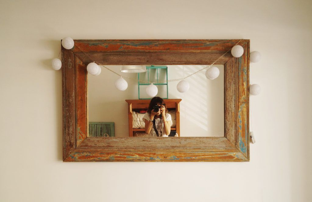 Los espejos hechos con maderas recuperadas acompañan la deco de tu habitacion y ademas replicaran la luz natural