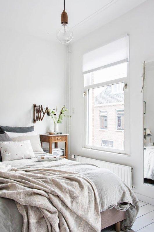 La cama ira perpendicular a la ventana y puerta de entrada.